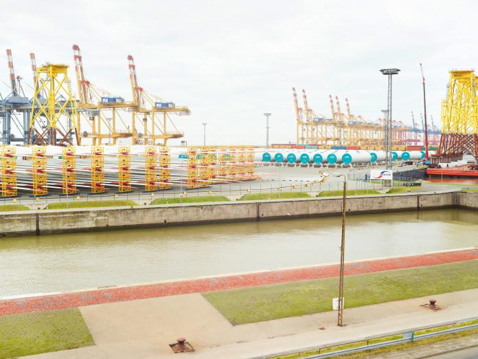 Lagerung von Komponentn für Offshore-Windkraftanlagen, Bremerhaven, Deutschland